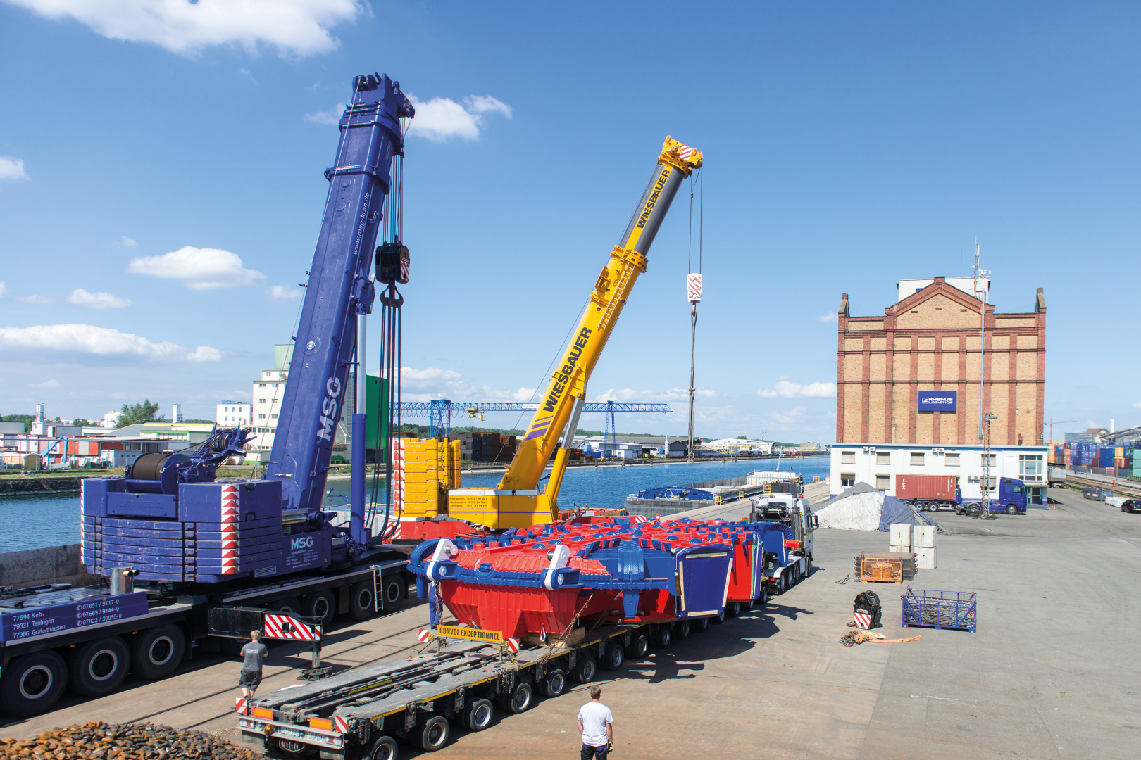Loading a heavyweight cutting wheel segment onto a transport vessel in the Port of Kehl, Germany